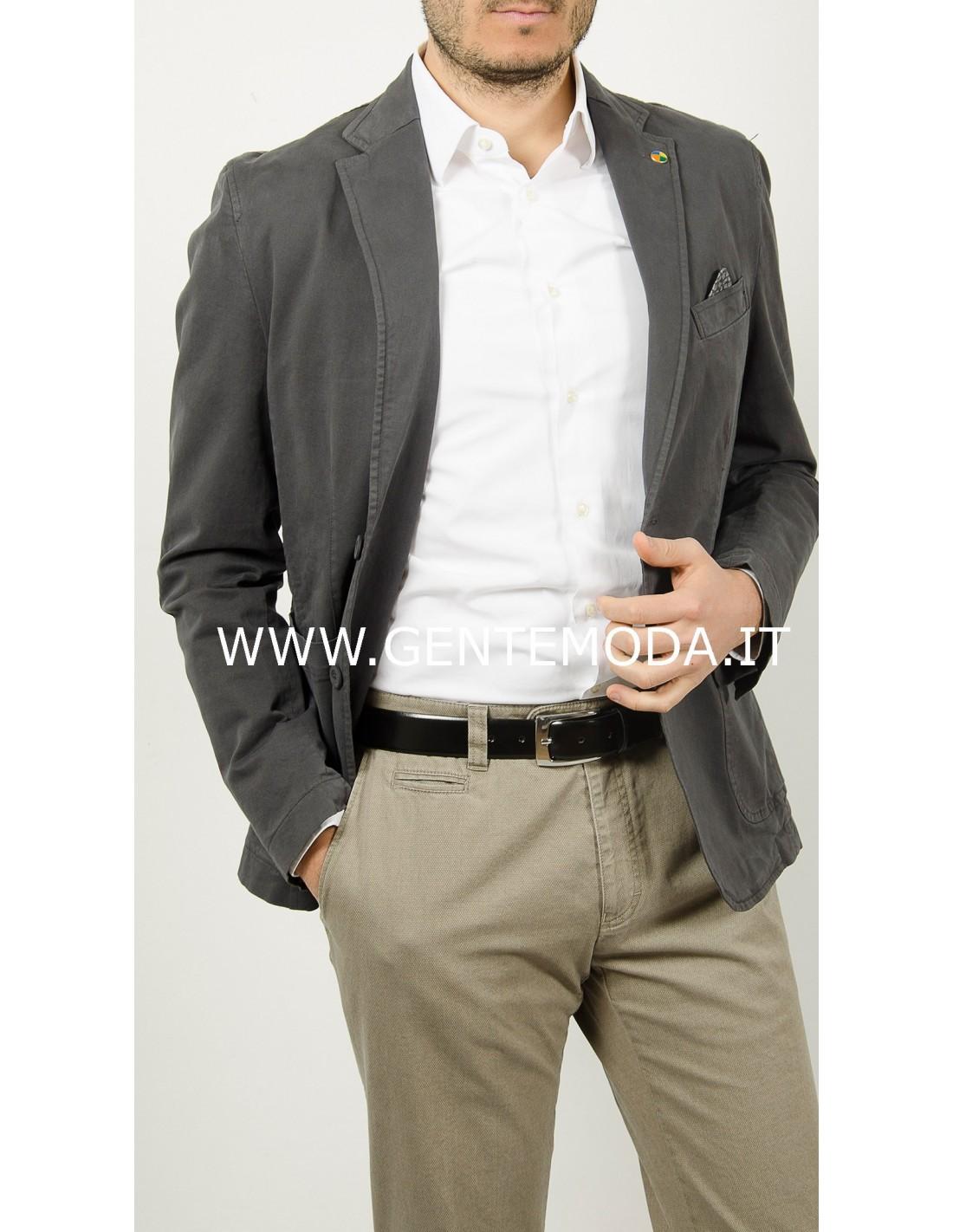 uomo pantalone grigio giacca beige